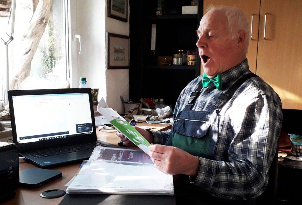 In den vergangenen Wochen probten die Sängerinnen und Sänger des Gesangvereines zu Langenbernsdorf e. V. zu Hause am Computer. So wie Chormitglied Dietmar Gutsche (Foto) haben sich einige ihre Chor-Fliegen oder -Tücher angelegt, um trotz Kontaktverbots ihre Verbundenheit mit dem Verein zu symbolisieren.